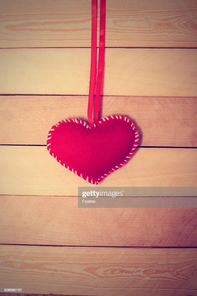Textile rote Herz auf einem hölzernen Struktur : Stock-Foto