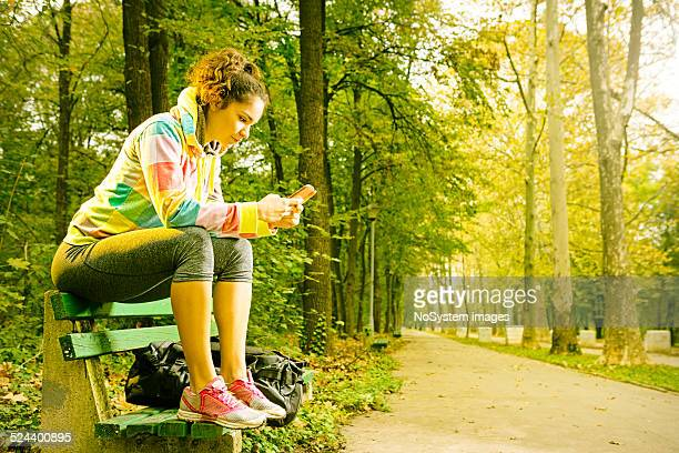 SMS después de hacer ejercicio en el parque