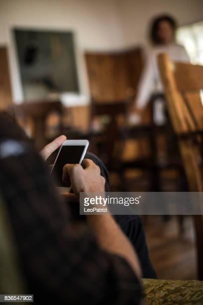 SMS auf dem Handy zu Hause nach einem langen Tag entspannen