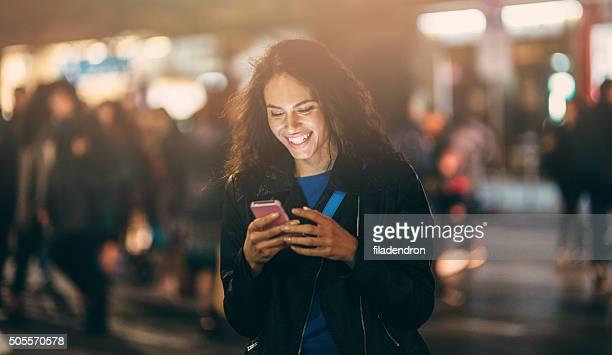 SMS außen bei Nacht