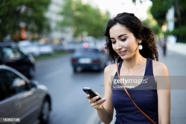 Giovane donna di messaggistica di testo