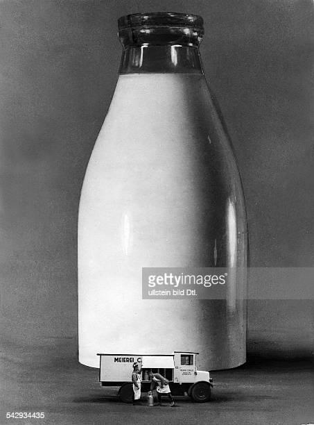 täglicher Milchverbrauch von Berlin dargestellt in einer Milchflasche von 17 Meter Höhe und acht Meter Durchmessser davor zum Vergleich ein...