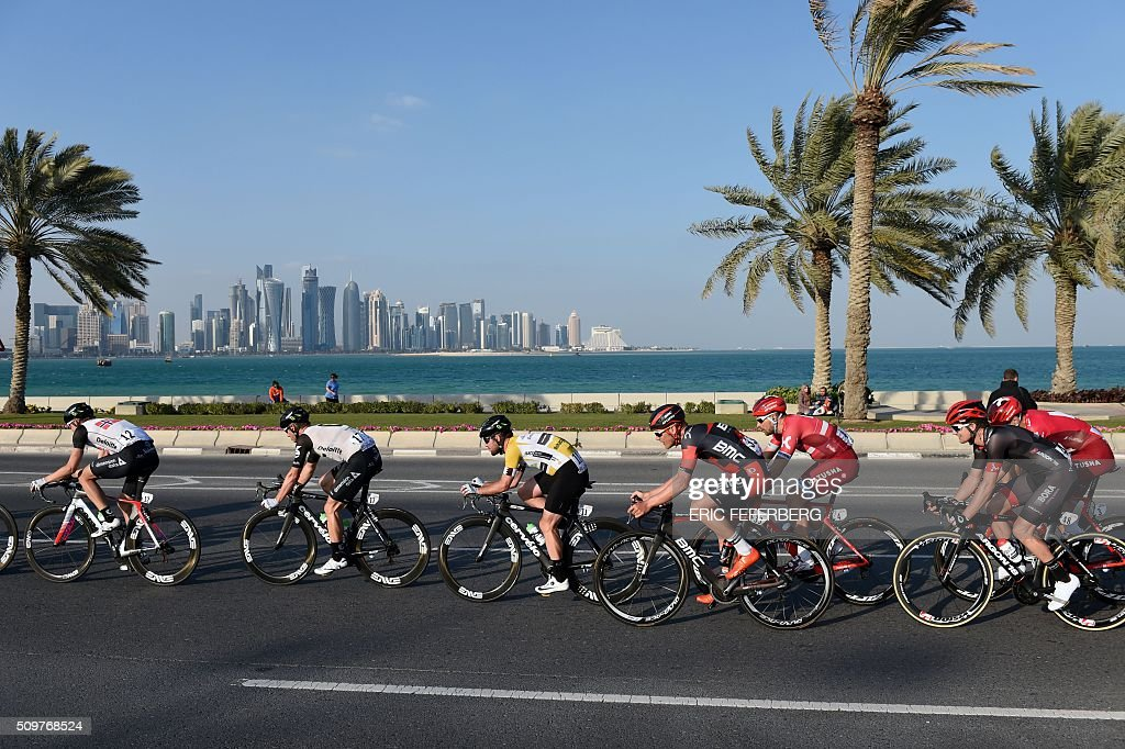 Tha pack, with Britain's Mark Cavendish (C) of Dimension Data team, rides in front of Doha skyline during the 5th and final stage of the 15th Tour of Qatar, between Sealine Beach Resort and Doha Corniche, on February 12, 2016, in Qatar. / AFP / ERIC FEFERBERG