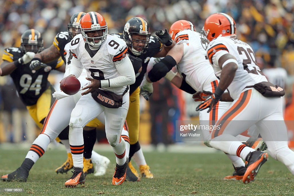 Thaddeus Lewis #9 of the Cleveland Browns hands the ball to Brandon Jackson #29 during the game against the Pittsburgh Steelers at Heinz Field on December 30, 2012 in Pittsburgh, Pennsylvania.
