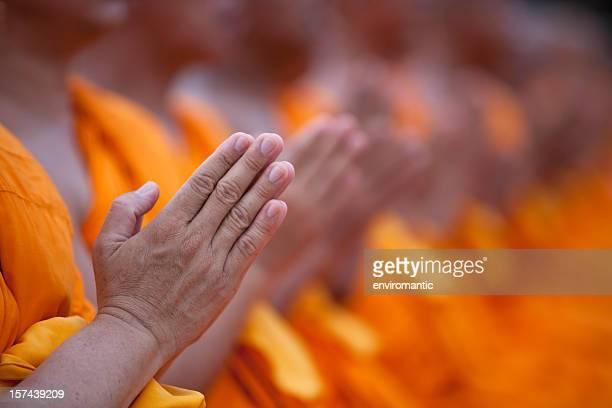 Thailändische Buddhistische Mönche, die Respekt.