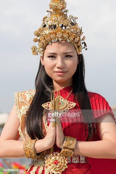 Thai ragazza in abito tradizionale stringono wai'