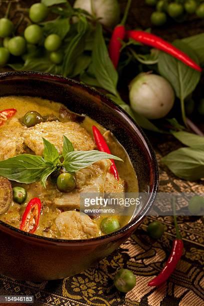 curry verde tailandese di pollo in una ciotola
