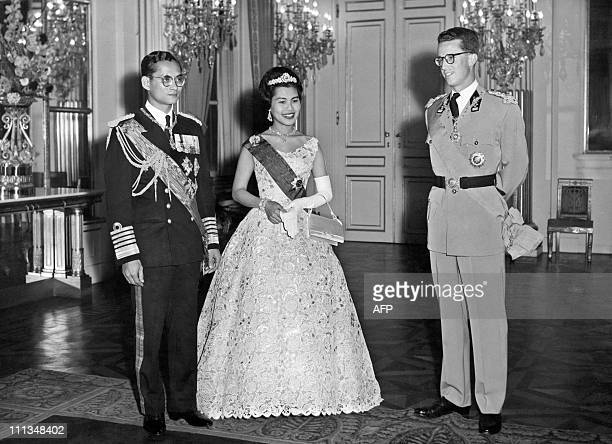 Thai King Bhumibol Adulyadej and Queen Sirikit stand near Belgium King Baudouin I on October 1960 in Brussels during their offcil visit to Belgium