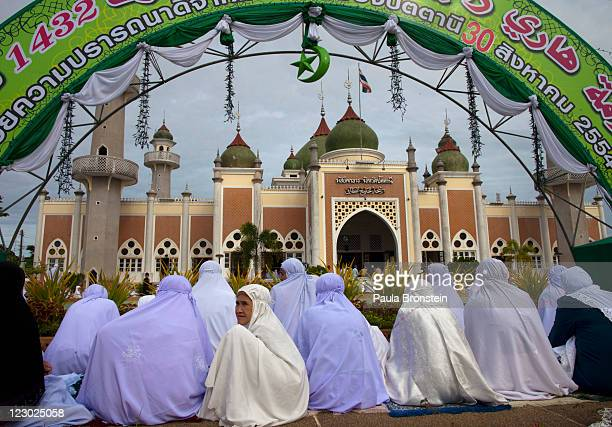 Thai muslim women pray during the special Eid ulFitr morning prayer at the Central mosque of Pattani on August 30 2011 in the southern province of...