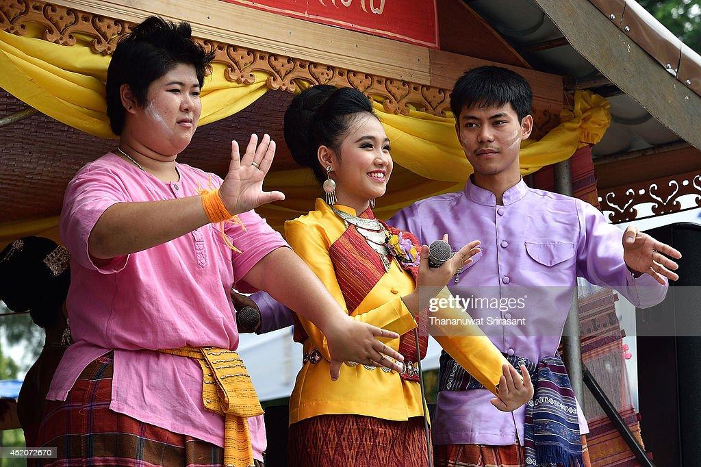 Thai Buddhists Gather To Celebrate Ubon Ratchathani Candle ...