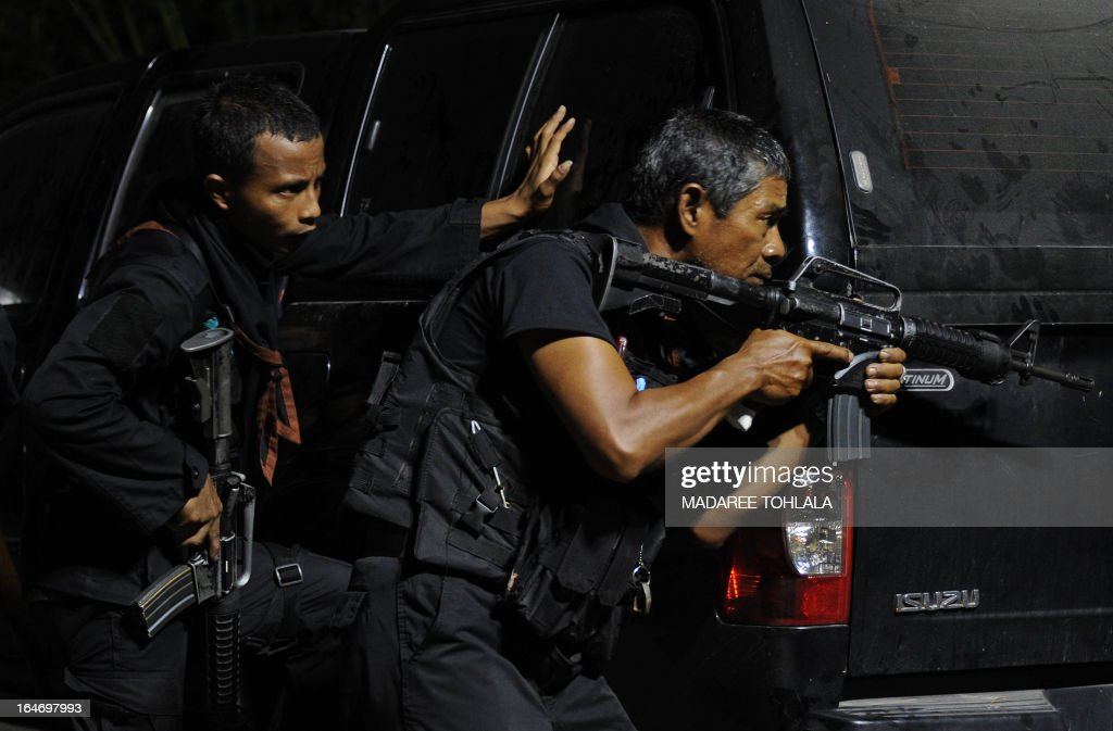 A Thai Ranger aims his rifle during a clash with suspected separatist militants in Thailand's restive southern province of Narathiwat late on March 26, 2013. Thailand and a key rebel group operating in the insurgency-wracked south are set to begin landmark peace talks on March 28 aimed at curbing violence that has killed more than 5,500 people in nine years. AFP PHOTO/Madaree TOHLALA