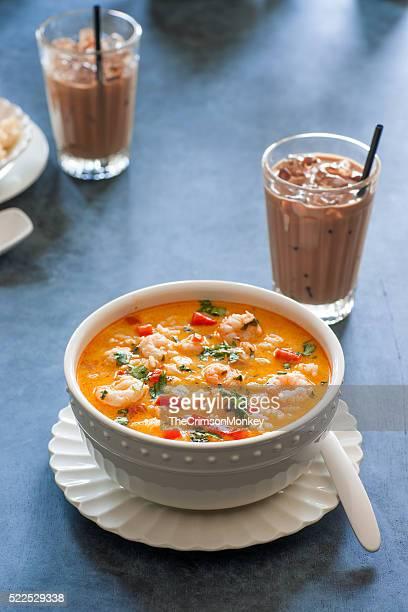 Curry rouge thaï soupe aux crevettes et à la noix de coco