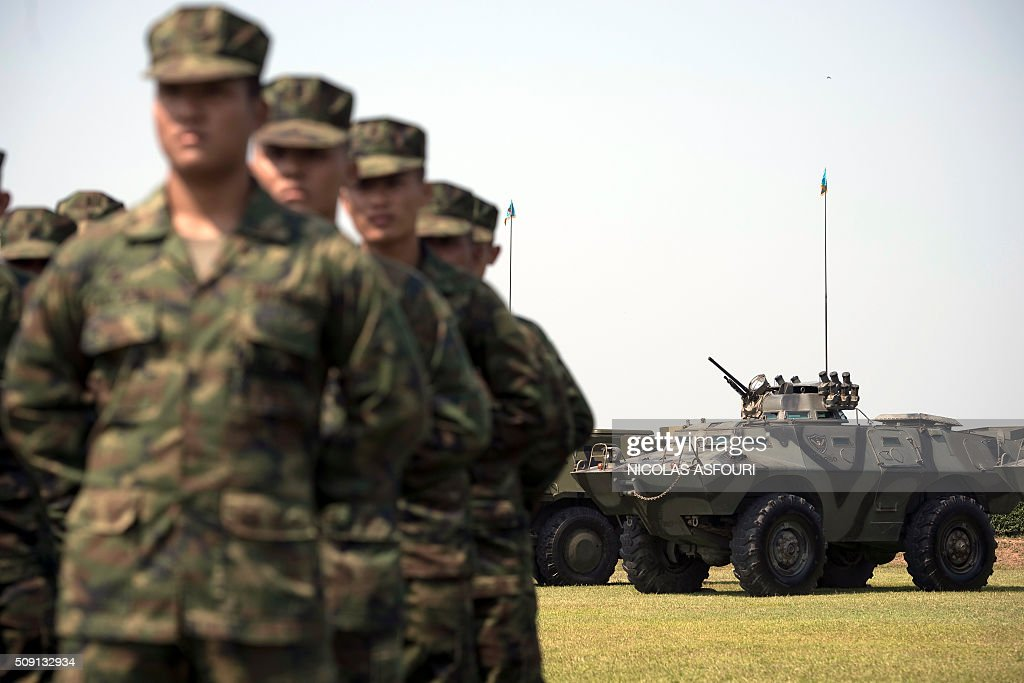 Thai soldiers (L) are seen in front of a Thai army armored vehicle (R) during the opening ceremony of Cobra Gold 2016 in Sattahip on February 9, 2016. Thailand and the US jointly host Cobra Gold Asia's largest military exercise from February 9 to 20. AFP PHOTO / Nicolas ASFOURI / AFP / NICOLAS ASFOURI