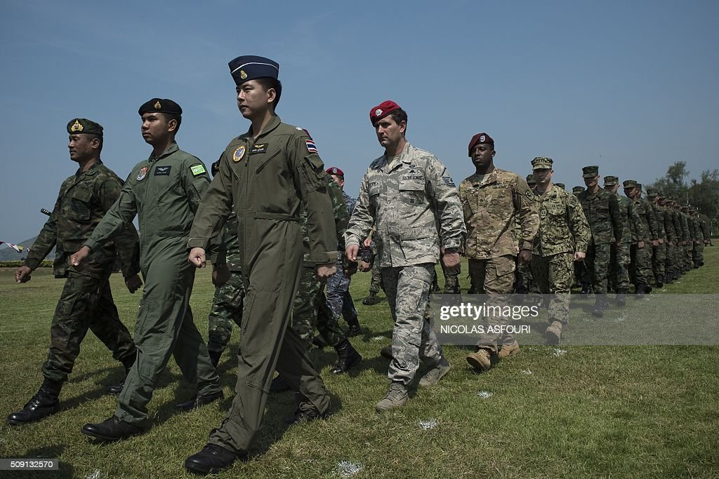 Thai soldiers (front) followed by a US Air Force soldier (C), a US Army soldier (C,R) a US Marine soldier and Thai soldiers (R, back) parade during the opening ceremony of Cobra Gold 2016 in Sattahip on February 9, 2016. Thailand and the US jointly host Cobra Gold Asia's largest military exercise from February 9 to 20. AFP PHOTO / Nicolas ASFOURI / AFP / NICOLAS ASFOURI
