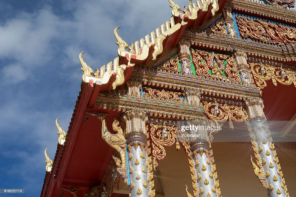 thai temple with blue sky and clouds in background : Foto stock