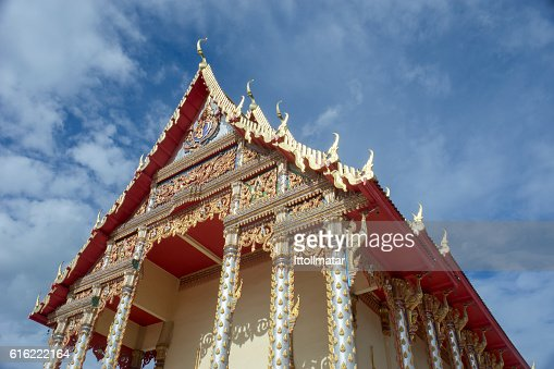 thai temple with blue sky and clouds in background : Stockfoto
