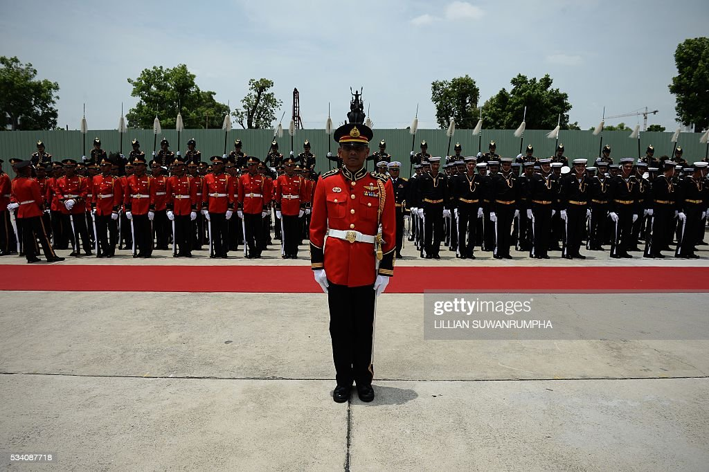 Thai troops stand by for the arrival of Myanmar army chief General Min Aung Hlang in Bangkok on May 25, 2016. The Burmese general is on a three day visit to Thailand and is scheduled to meet senior officials including Thailand's military ruler General Prayuth Chan-Ocha. / AFP / LILLIAN