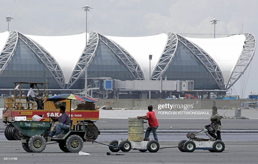 Thai workers work on the tarmac of Bangkok's new Suvarnabhumi international airport in suburb Bangkok 22 June 2005 The opening of Bangkok's new...