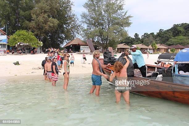 THA Thailand Changwat Koh Lipei 40 bis 60 Touristen und Einheimische reinigen freiwillig jeden Montag mit der Organisation Trash Hero Straende im...