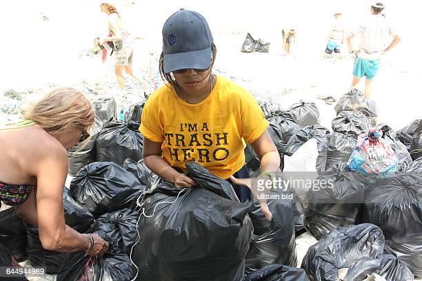 THA Thailand Changwat Koh Rawi 40 bis 60 Touristen und Einheimische reinigen freiwillig jeden Montag mit der Organisation Trash Hero Straende im...