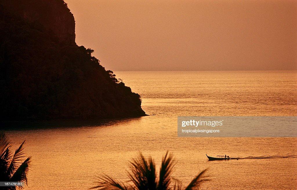 Tailândia, Província de Krabi, Ko PhiPhi, longtail boat. : Foto de stock