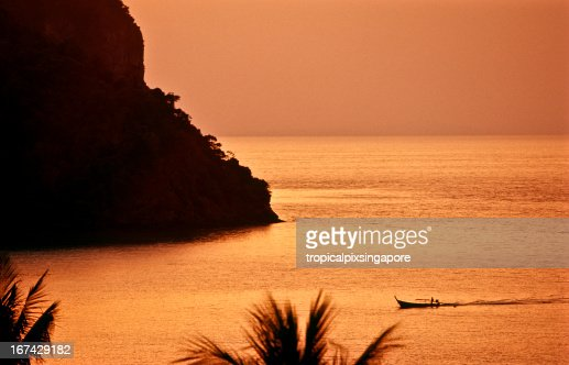 Tailandia, Krabi provincia, Ko PhiPhi, longtail boat. : Foto de stock