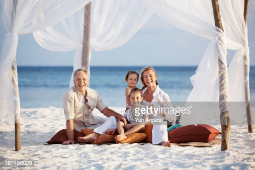 Thailand, Portrait of parents with daughters (8-9), (4-5) : Stock Photo