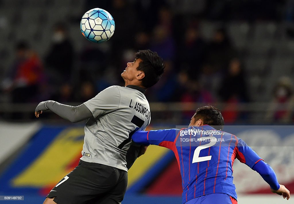 Thailand's Chonburi FC forward Leandro Assumpcao (L) fights for the ball with Japan's FC Tokyo defender Yuhei Tokunaga (R) during the AFC champions league play-off match in Tokyo on February 9, 2016. AFP PHOTO / TOSHIFUMI KITAMURA / AFP / TOSHIFUMI KITAMURA