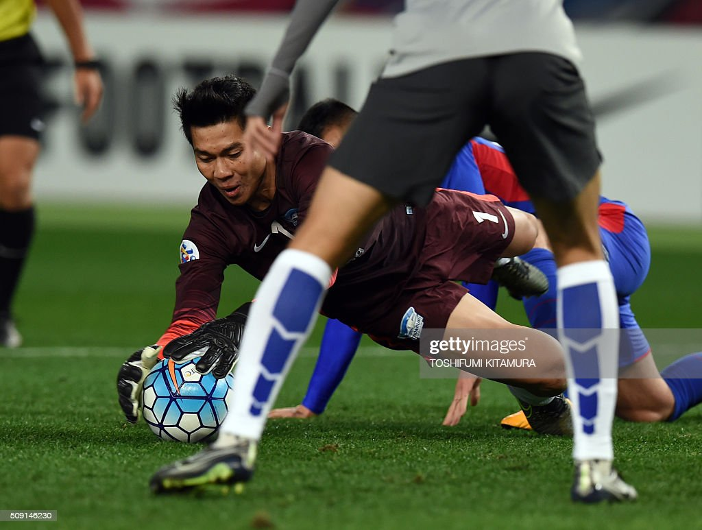 Thailand's Chonburi FC goalkeeper Thanachai Noorach catches the ball during the AFC champions league play-off match against Japan's FC Tokyo in Tokyo on February 9, 2016. AFP PHOTO / TOSHIFUMI KITAMURA / AFP / TOSHIFUMI KITAMURA