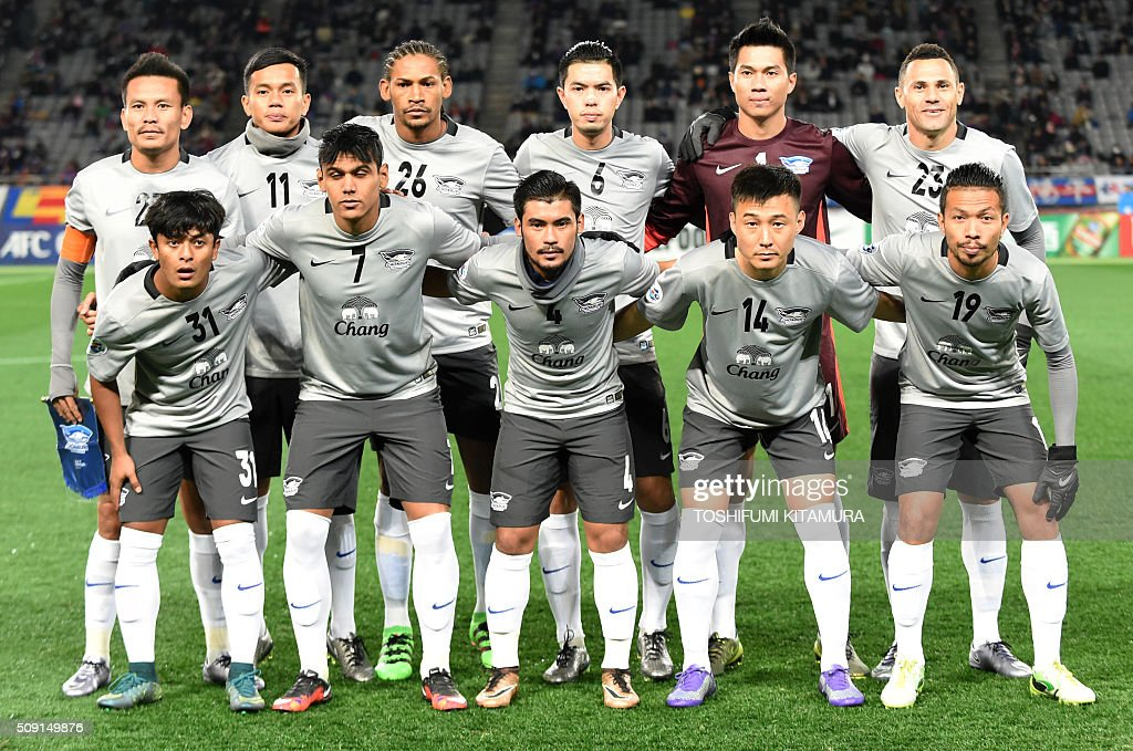 Thailand's Chonburi FC starting players pose in a group photo before their AFC champions league play-off match against Japan's FC Tokyo in Tokyo on February 9, 2016. AFP PHOTO / TOSHIFUMI KITAMURA / AFP / TOSHIFUMI KITAMURA