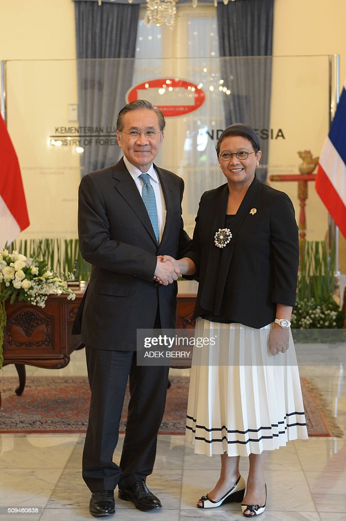 Thailand's Foreign Minister Don Pramudwinai (L) shakes hands with his Indonesian counterpart Retno Marsudi (R) prior to a meeting in Jakarta on February 11, 2016. Don Pramudwinai held a bilateral meeting with Indonesian counterpart to boost the relationship between the two countries. AFP PHOTO / ADEK BERRY / AFP / ADEK BERRY