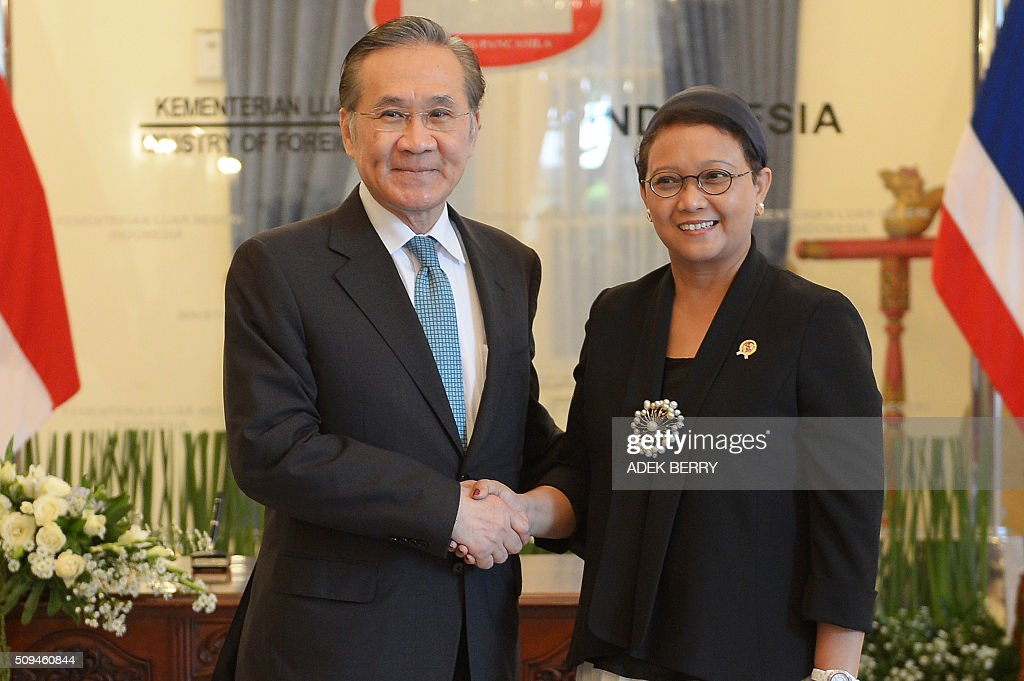 Thailand's Foreign Minister Don Pramudwinai (L) shakes hands with his Indonesian counterpart Retno Marsudi (R)prior to a meeting in Jakarta on February 11, 2016. Don Pramudwinai held a bilateral meeting with Indonesian counterpart to boost the relationship between the two countries. AFP PHOTO / ADEK BERRY / AFP / ADEK BERRY