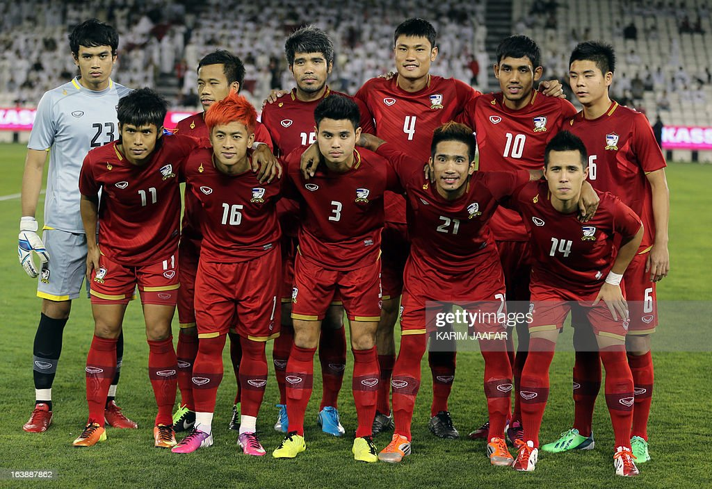 Thailand's national team pose for a picture prior to their friendly football match against Qatar in the capital Doha on March 17, 2013. AFP PHOTO / AL-WATAN DOHA / KARIM JAAFAR == QATAR OUT ==