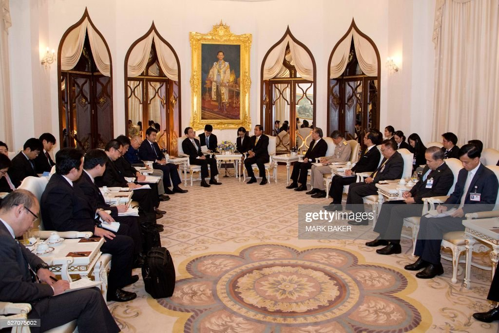 Thailand's Prime Minister Chan-O-Cha (centre R) sits with Japan's Minister of Foreign Affairs Fumio Kishida (centre L) and their delegations during talks at Government House in Bangkok on May 2, 2016. / AFP / POOL / Mark Baker