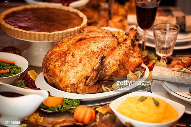 感謝祭ディナーにスタッフドターキーとサイドのお料理