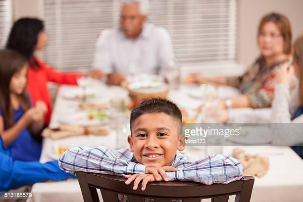 Celebración del Día de Acción de gracias: Familia y amigos disfrutar de una cena en los abuelos casa.
