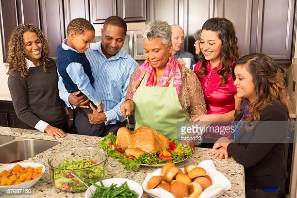 Celebración del Día de Acción de gracias: Familia y amigos disfrutar de comida en la cocina para preparar.