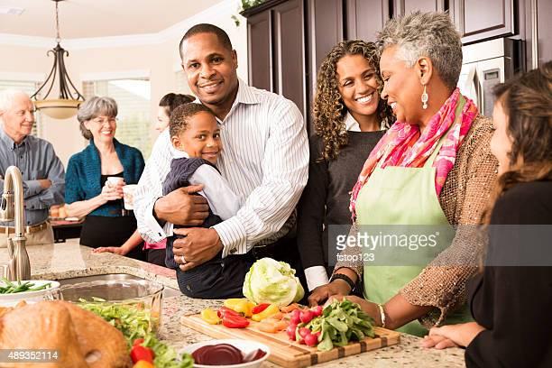 Acción de gracias: Multiétnico de la familia, los amigos para reunirse en cocina para preparar comida.