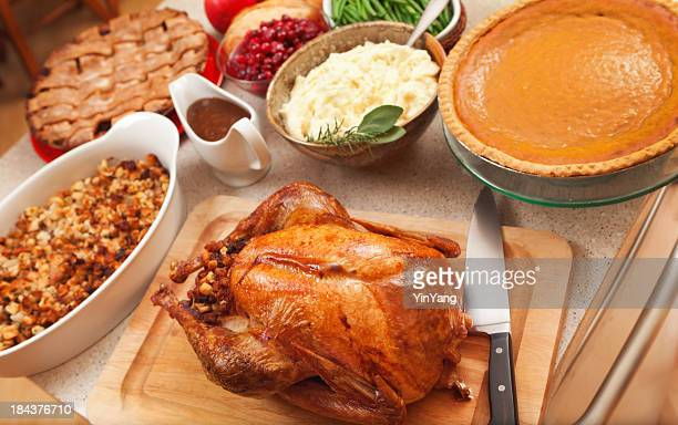 Thanksgiving Turkey la cena con especialidades asadas de la temporada navideña de los alimentos en la cocina