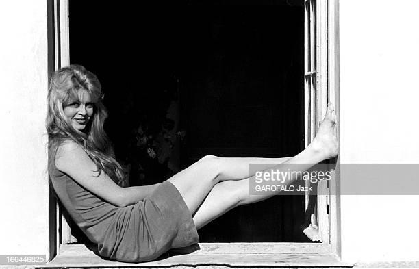 Brigitte Bardot Le 10ème Festival de Cannes 1957 se déroule du 2 au 17 mai attitude souriante de Brigitte BARDOT assise sur le rebord d'une fenêtre...