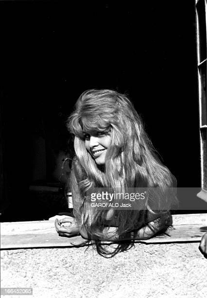 Brigitte Bardot Le 10ème Festival de Cannes 1957 se déroule du 2 au 17 mai attitude souriante de Brigitte BARDOT à une fenêtre