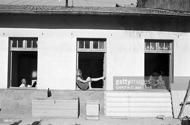 Henri Vidal And Brigitte Bardot Le 10ème Festival de Cannes 1957 se déroule du 2 au 17 mai attitude de Brigitte BARDOT de profil assise sur le rebord...
