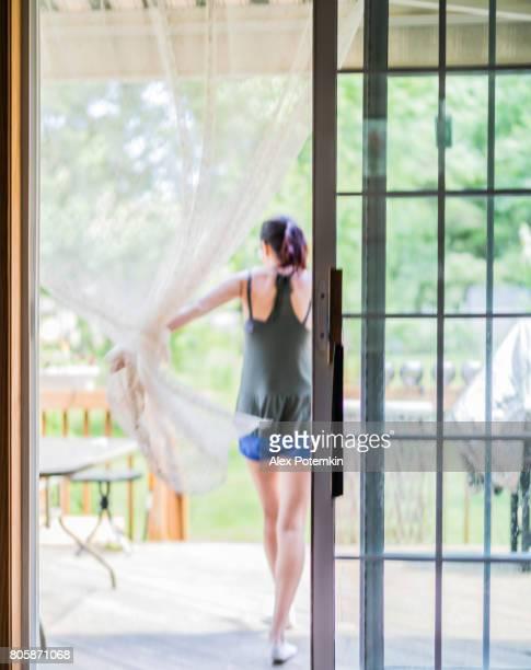 ポーチ、dooк 覗き見によって閉鎖をスライド ガラスを通過しようとして、家を出て 15 歳のティーンエイ ジャーの女の子