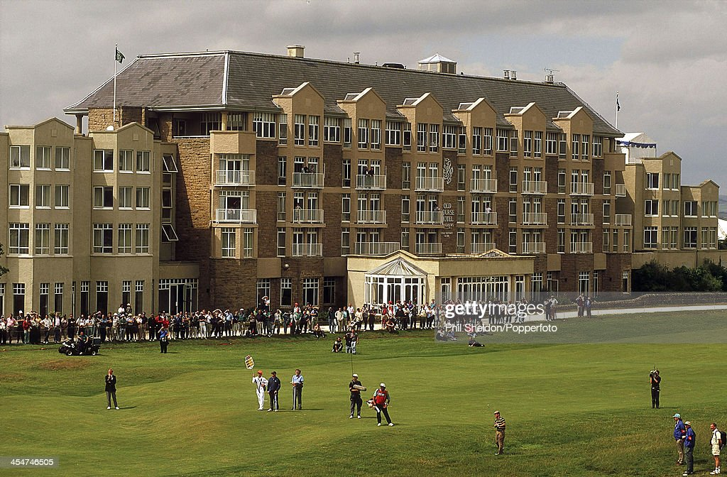 The 17th hole and Old Course Hotel at St Andrews Golf Course in ...