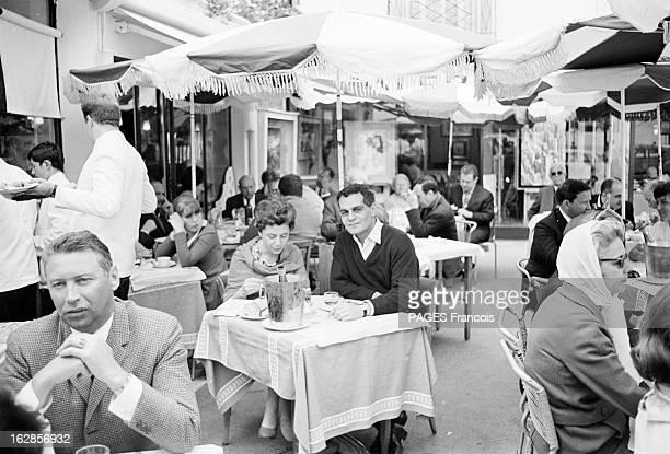 Omar Sharif Le 19ème Festival de Cannes se déroule du 5 au 20 mai 1966 Omar SHARIF déjeunant à la terrasse d'un restaurant avec une personne non...