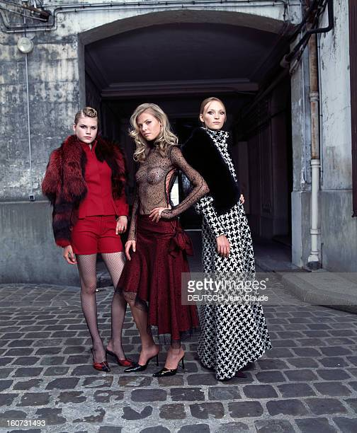 The 2001 Fallwinter Fashion Collection Of The Tarloyan Brothers Dans une cour extérieure trois mannequins présentant un ensemble short porté avec un...