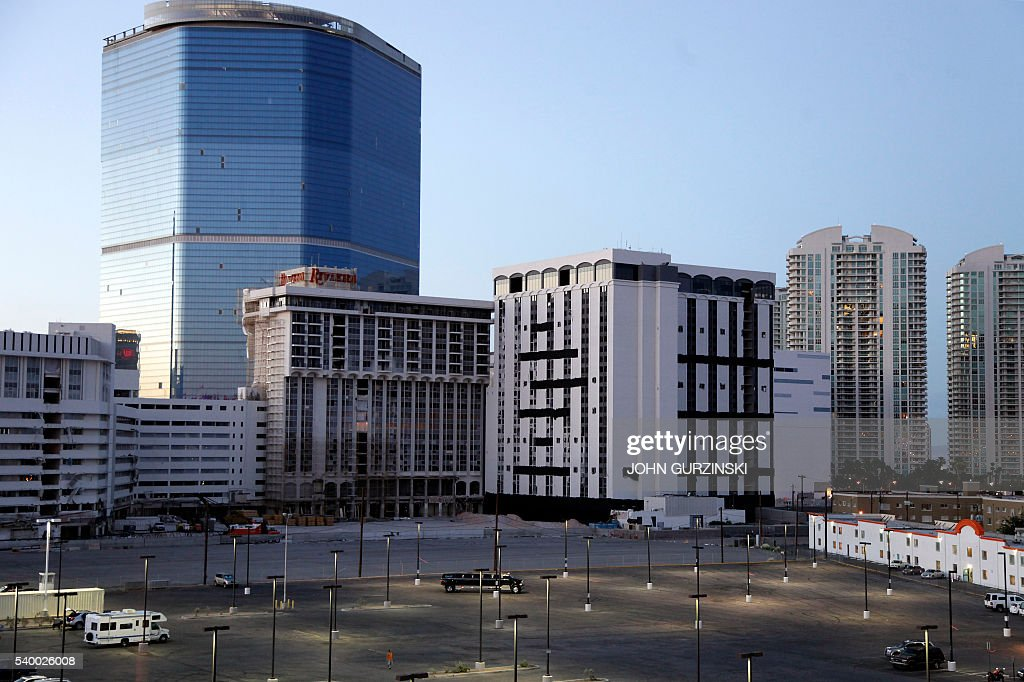 The 24 story monaco tower at the closed riviera hotel for Riviera resort las vegas