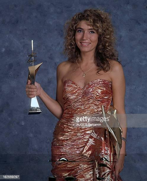 The 4Th Night Of 7 D'Or 1988 En France le 24 septembre 1988 à l'occasion de la 4e nuit des 7 d'or les personnalités de la télévision posant en studio...