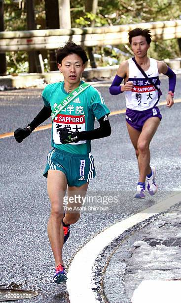 The 5th runner of Aoyama Gakuin University Daichi Kamino and Shota Baba of Komazawa University compete in the during day one of the 91st Hakone...