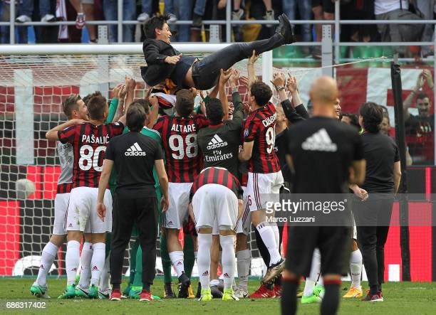 The AC Milan players celebrate their coach Vincenzo Montella at the end of the Serie A match between AC Milan and Bologna FC at Stadio Giuseppe...